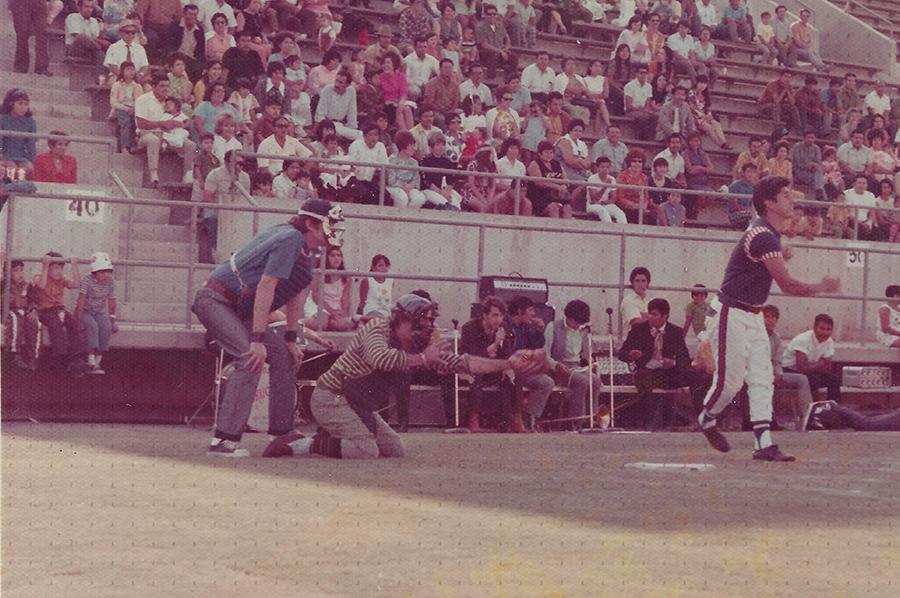 0013-SOL Tin Tan jugando beisbol