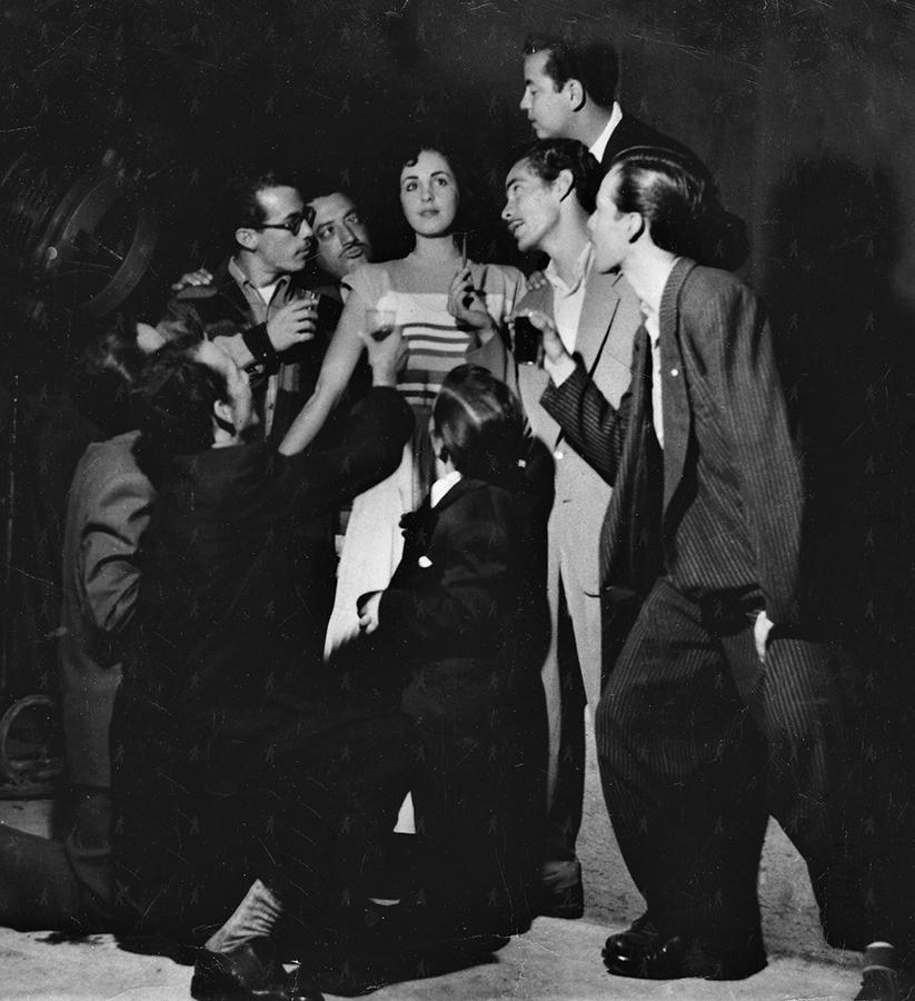 0037-SHO-W Rosalia rodeada de hombres